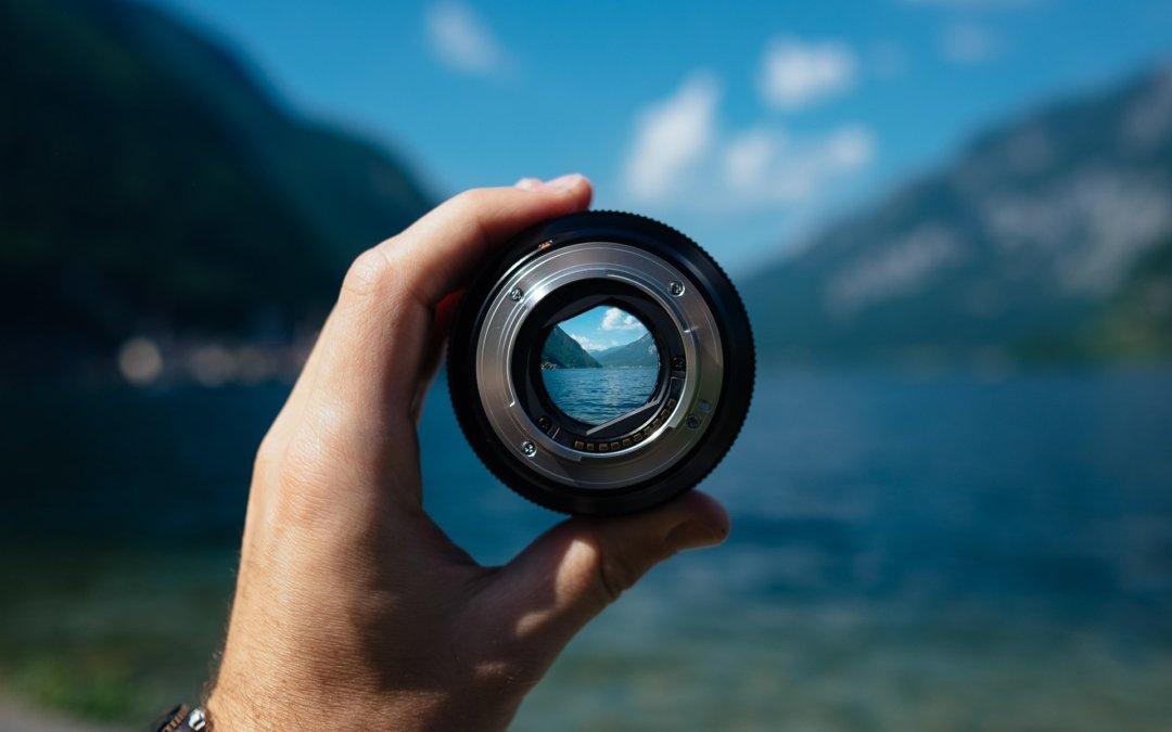 Der Blick durch ein Objektiv zeigt Fokussierung.